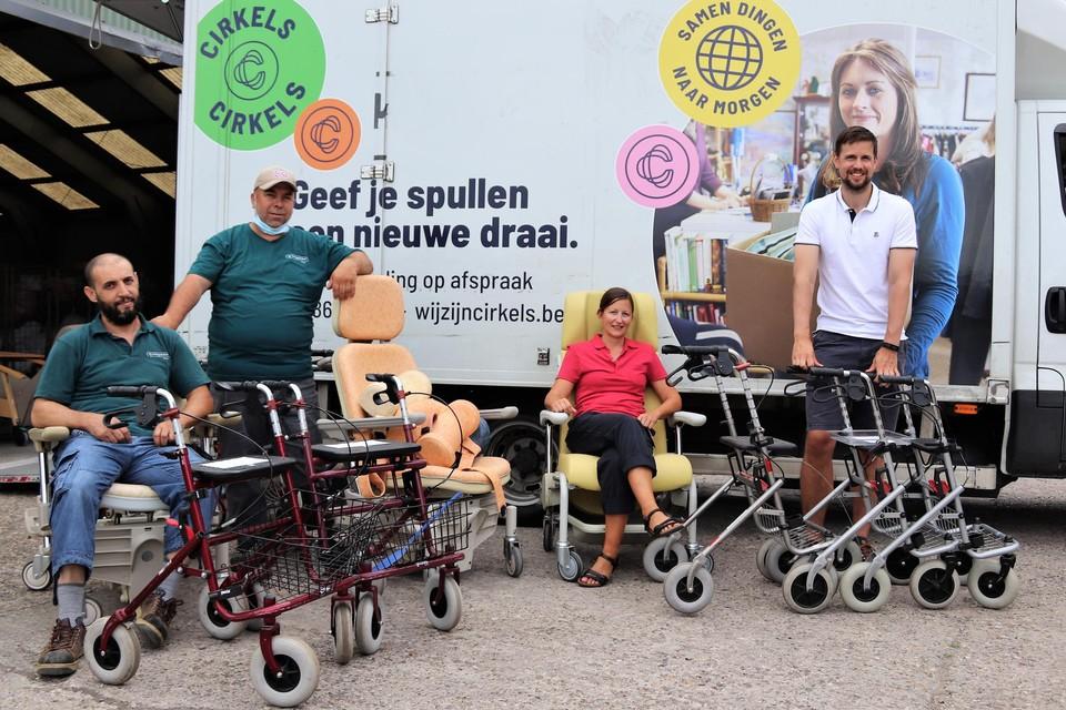Medewerkers van Ecoso, ergotherapeute Elly Schellemans en schepen Bavo Anciauxbij de afgeschreven rolstoelen.