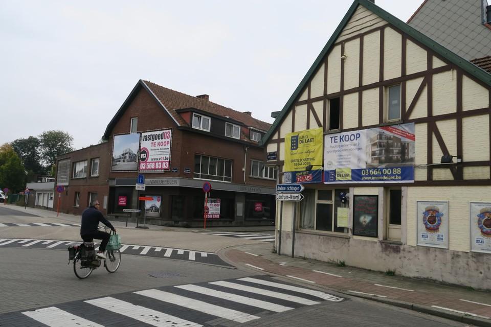 De hele inkom van het dorpscentrum in de Th. Van Cauwenberghslei krijgt een ander aanzicht. Naast de oude winkel van Van Uffelen gaat ook het cafeetje opgetrokken in vakwerkstijl tegen de vlakte.
