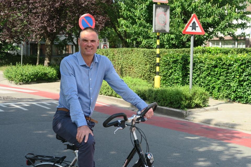 Hans Hanssen vorige zomer bij de zone 30 in de Schoolstraat, die door het schepencollege ongedaan werd gemaakt.