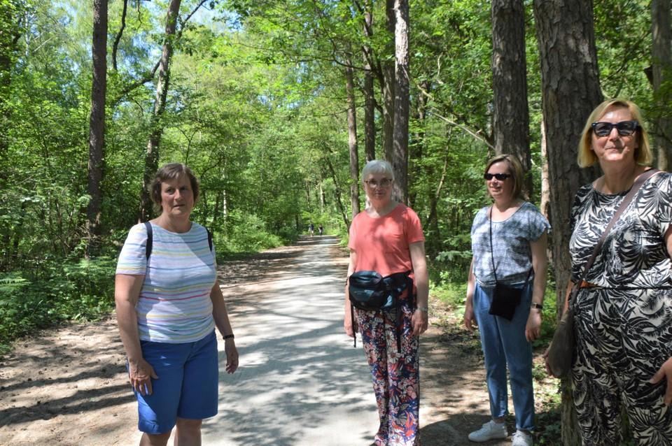 Martine Loyens (links) met enkele wandelvriendinnen.