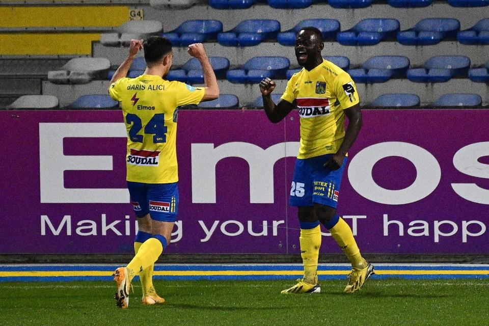 Igor Vetokele schreeuwt het uit van vreugde na het openingsdoelpunt tegen Deinze.