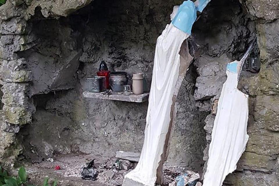 Vandalen hebben de Mariagrot in Beerse zwaar beschadigd.
