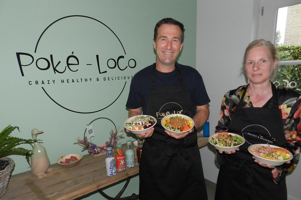 Sven en Lucienne kopen de ingrediënten voor Poké-Loco lokaal aan en de maaltijden worden net voor de afhaling bereid.