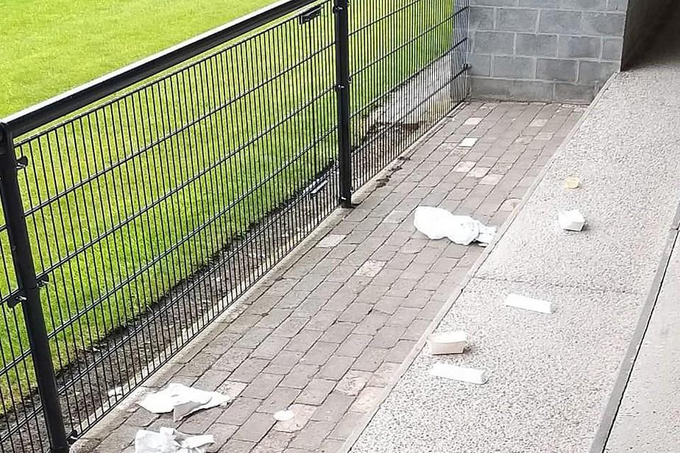 Dagelijks treft de club achtergelaten frietzakjes, pizzadozen en bierflesjes aan op de tribunes.