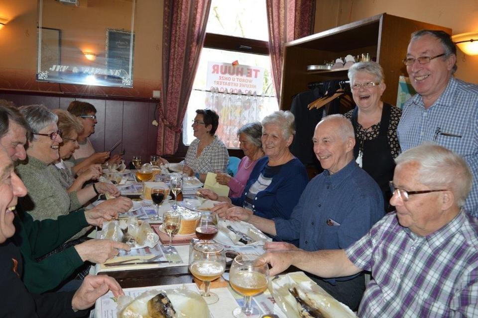 Viviane en Jef destijds met enkele van de laatste haringeters in café Sport.