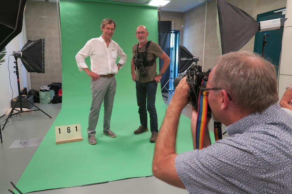 Luc Behaeghel en Alidoor Dellafaille van fotoclub Crea worden voor één keer zelf in beeld genomen door clublid Patrick Leloup.