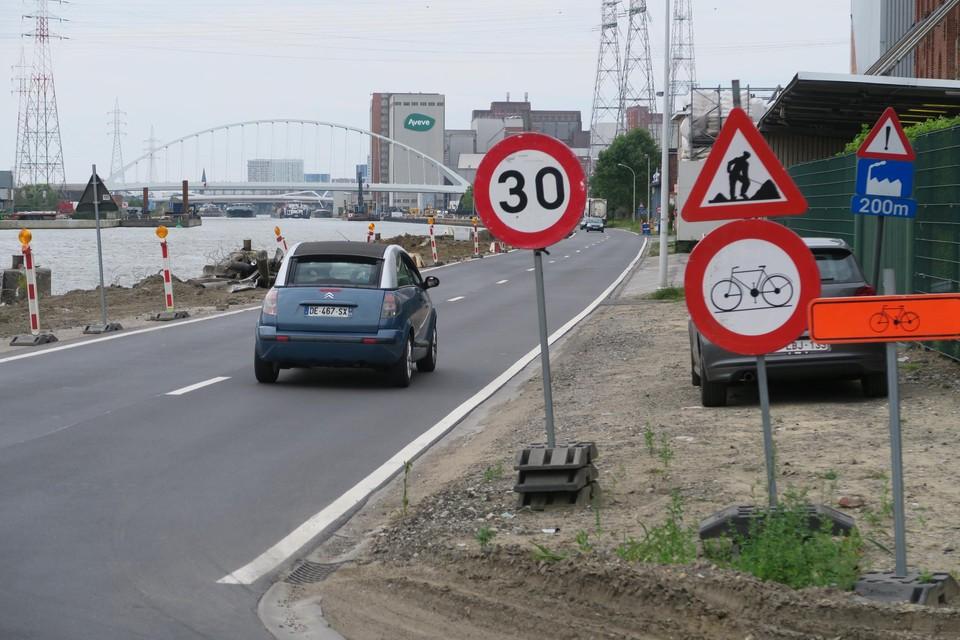 Vanaf hier aan de Jozef Cogelslei mag je op de Metropoolstraat nog maar 30 km per uur en moeten fietsers omrijden, maar slechts weinig weggebruikers houden zich daaraan.