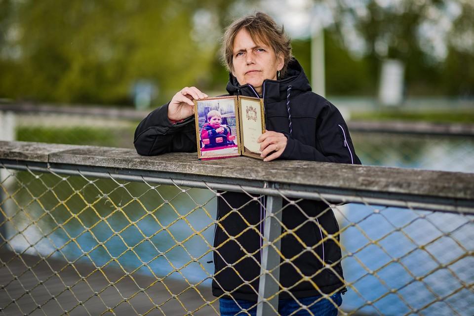 """Danielle Huysmans met een foto van haar verdwenen zoontje Liam Vanden Branden. """"Ik hoop dat hij op een dag voor mijn deur staat"""", zegt ze."""