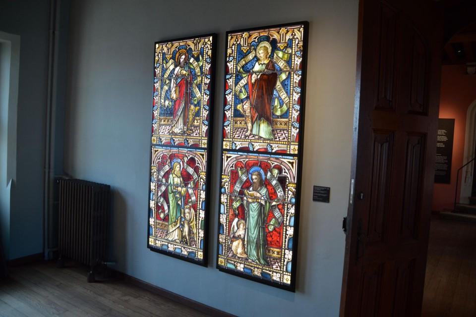 De Borsbeekse glasramen hangen in het Brugse Gruuthusemuseum.