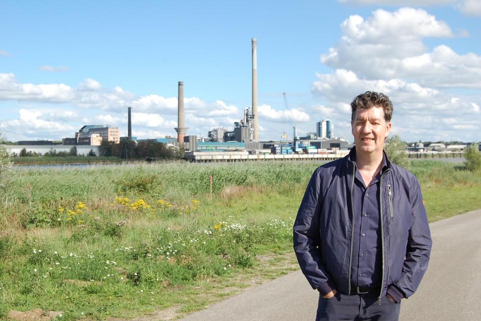 Schepen Filip Vercauteren in de Kruibeekse polder, met Umicore op de achtergrond.