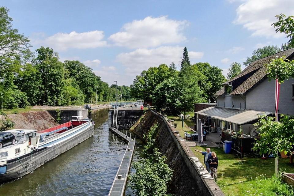 Iedere zaterdag om 15u sluit de sluis aan Sas 3 in het kanaal Bocholt-Herentals tot maandag. Schippers liggen dan soms twee nachten voor anker voor het terras van Bert Staal en Matty Christensen.