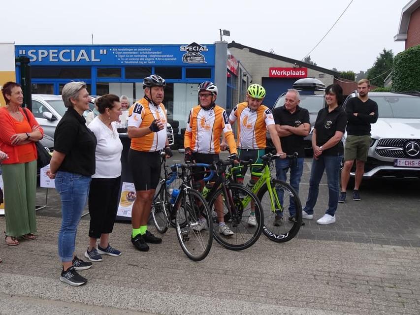 De fietsmakkers en hun begeleiders op 4 september bij hun vertrek in Wechelderzande.