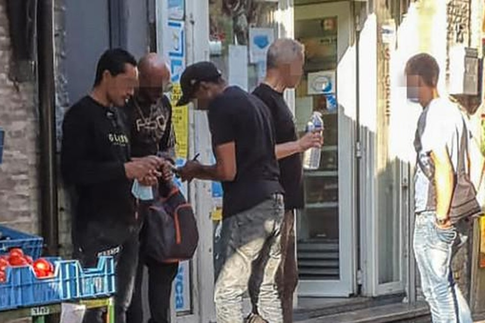In september slaakten handelaars uit de Korte Zavelstraat al een noodkreet in uw krant omdat er op straat gedeald wordt.