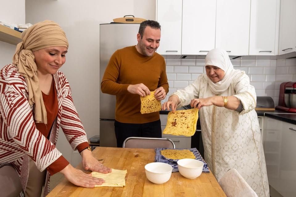 Mama Fatima bereidt samen met twee  van haar kinderen, Rachid en Rachida, griesmeelpannenkoeken.