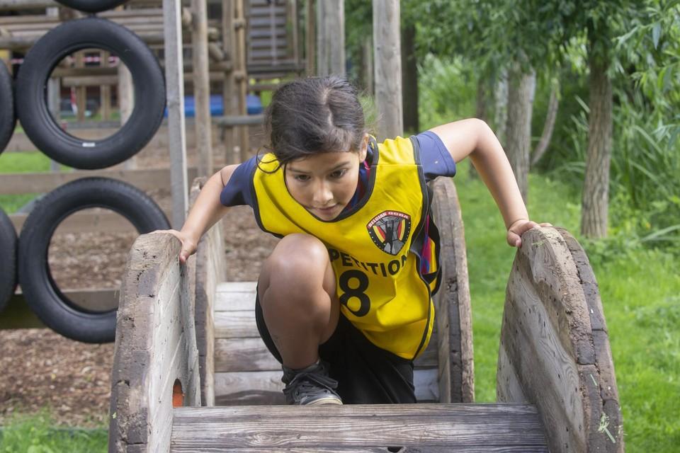 Louise (11) uit Retie in actie op het hindernissenparcours.