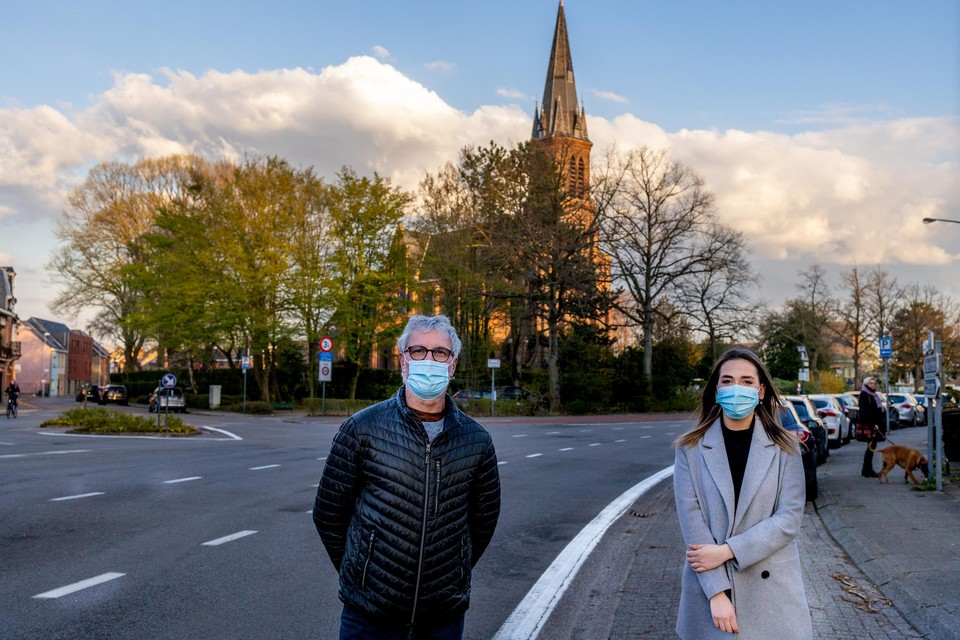 """Frank Kerremans en initiatiefneemster van de petitie Jone Van der Hallen zijn tegen de komst van de rotonde. """"We vinden dat de ruimte beter benut kan worden als groene ruimte"""", vindt Jone."""