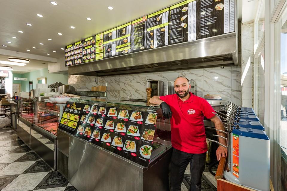 """""""Donderdag geef ik alle gerechten weg aan halve prijs"""", zegt Sedik."""