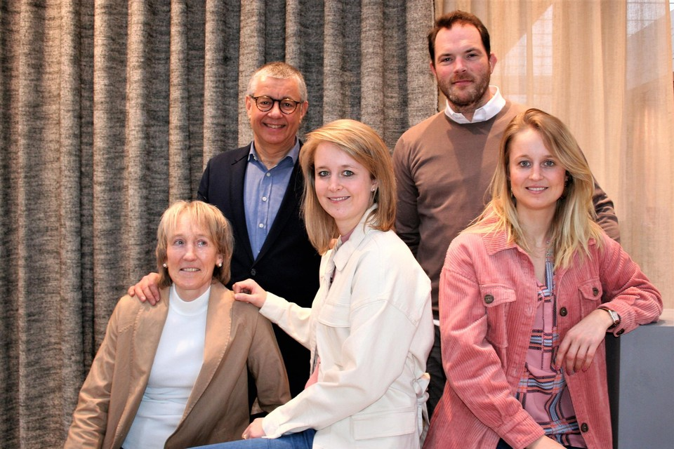 Tweelingzussen Carole en Justine (hier samen met haar partner Peter), en hun ouders Marc en Herlinde zijn klaar om de 145-jarige Timmermans-geschiedenis voort te zetten.