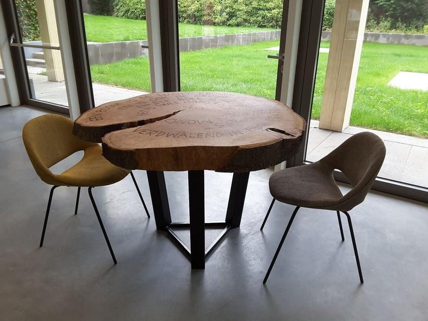 De tafel bevindt zich in de koffiehoek.