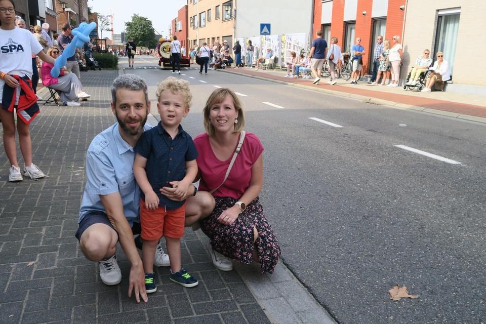 Oud-deelnemer en fan van de Kleine Bloemenstoet Jeroen Peeters met vrouw en zoontje langs het parcours.