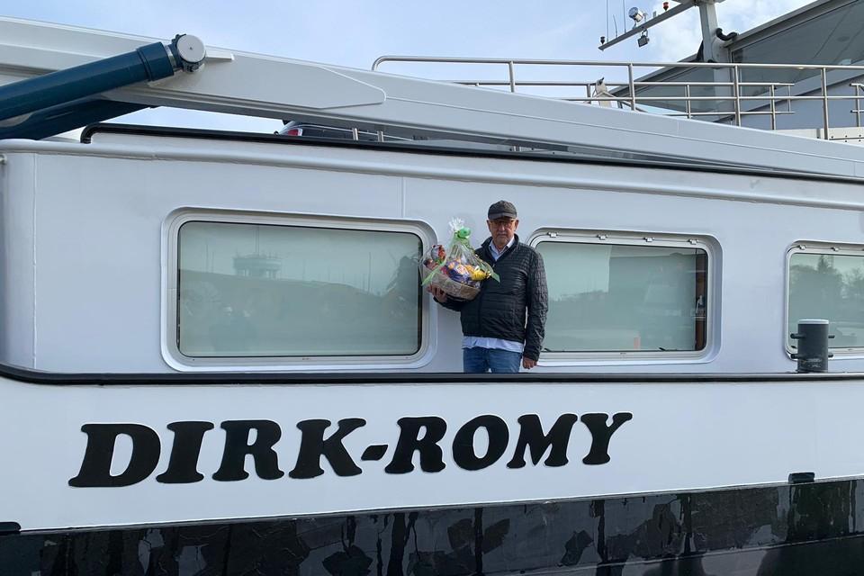 Binnenschipper Dirk van Dijk (72) van de Dirk-Romy aan de kade bij Adams Polendam in Massenhoven waar hij een mand lekkers kreeg.