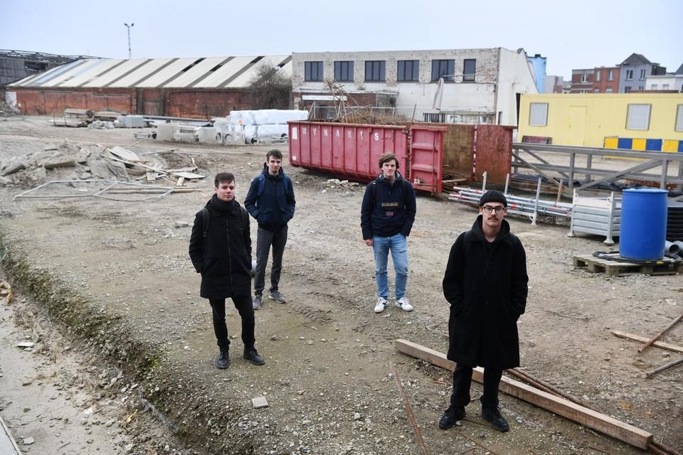 Van links af: Robin Vandenbussche , Jannes Maes, Ignace Helsen en Jelte Janssens aan de brug van het Sportpaleis. Hier willen ze graag een groene hub zien verrijzen.