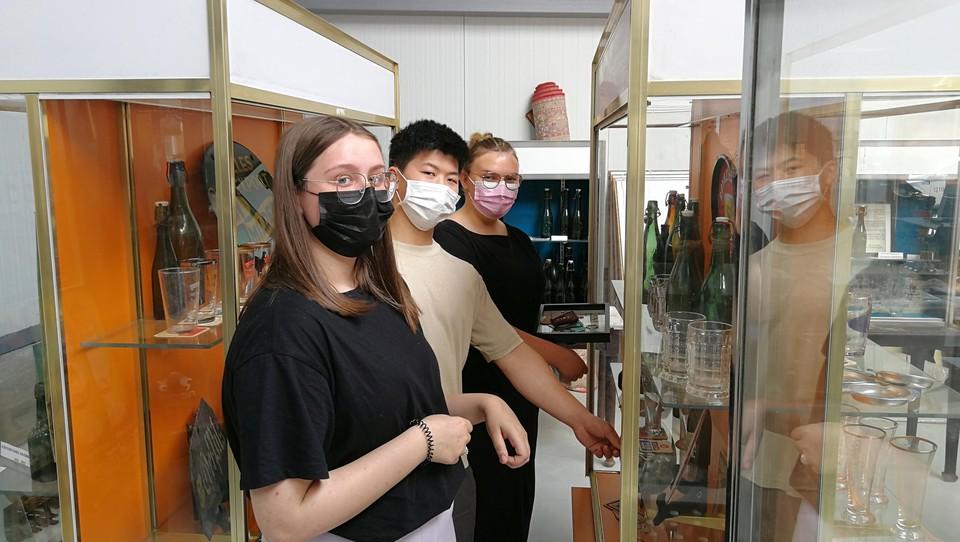 Femke, Jacky en Jitse (van links naar rechts) helpen de verzamelaar om zijn collectie aantrekkelijk te etaleren.