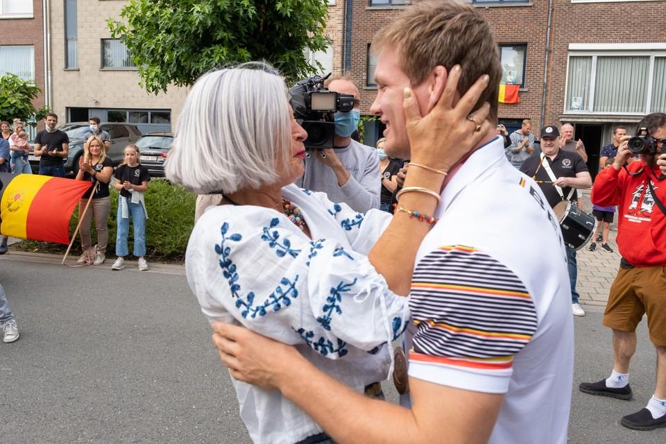 Felicitaties van de tante. Familie en vrienden vlogen Matthias om de nek om hem te feliciteren voor zijn knappe prestatie. Brons haal je toch niet zomaar.