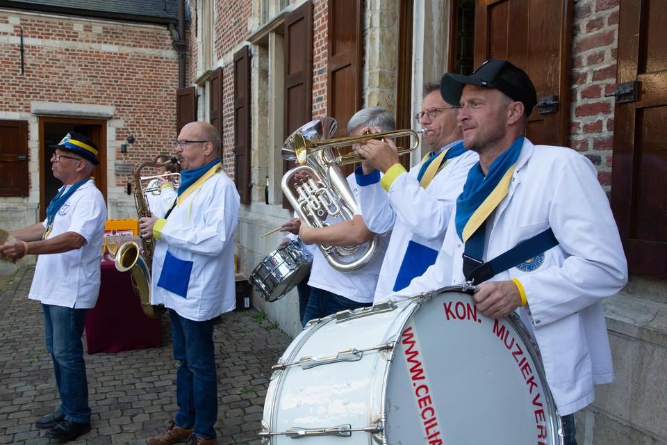 Een gelegenheidsfanfare begeleidde de Lustige Gans naar het districtshuis.