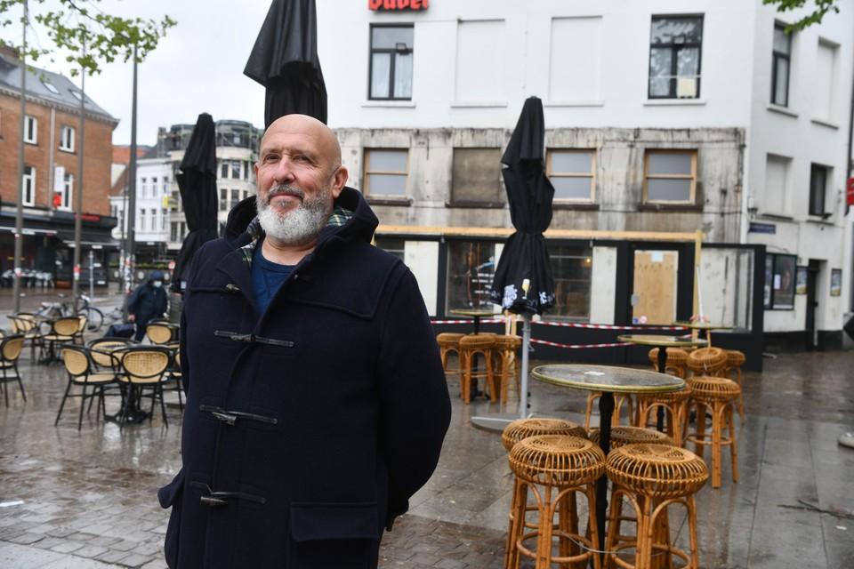 """Alain Roels ziet het nut er niet van in om scheidingen aan te brengen op het terras van zijn Antwerpse café In Den Boer van Tienen. """"Ze staan ver genoeg van elkaar. Ze mogen het komen meten."""""""