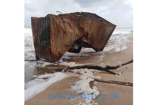 Een uitgebrande en overboord gevallen container spoelde aan op het strand van Thalahena in het Sri Lankese Negombo