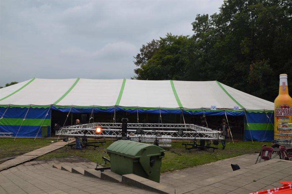 In deze extra lange tent speelt alles zich af de komende week.