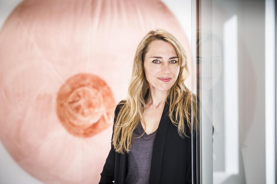 Laura De Coninck maakte voor het afstudeerproject als geurkunstenaar een grote pluche borst die de geur van moedermelk verspreidt.