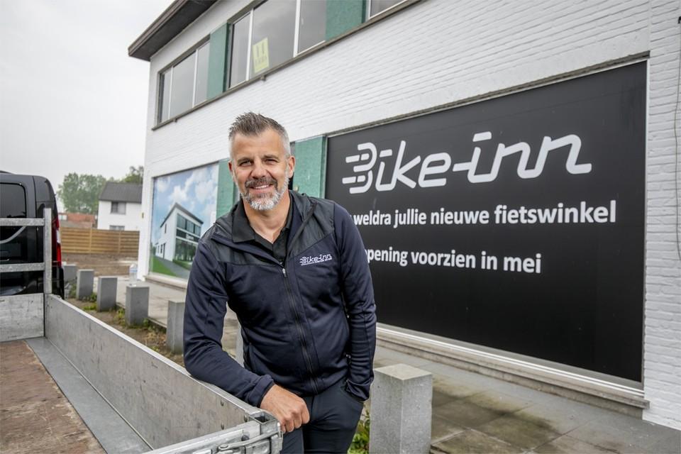 Bike-inn-zaakvoerder Dirk Verherstraeten voor de gevel van zijn gloednieuwe fietsenzaak.