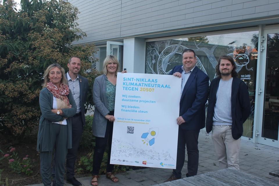 Melissa Bongi en Wout De Meester houden een poster van Proximity vast, omringd door enkele partners (Ingrid Vennens van Avansa, Frederik Matthijs van Vdk Bank en Gerben Van Schoote, klimaatdeskundige bij de stad, vlnr.).