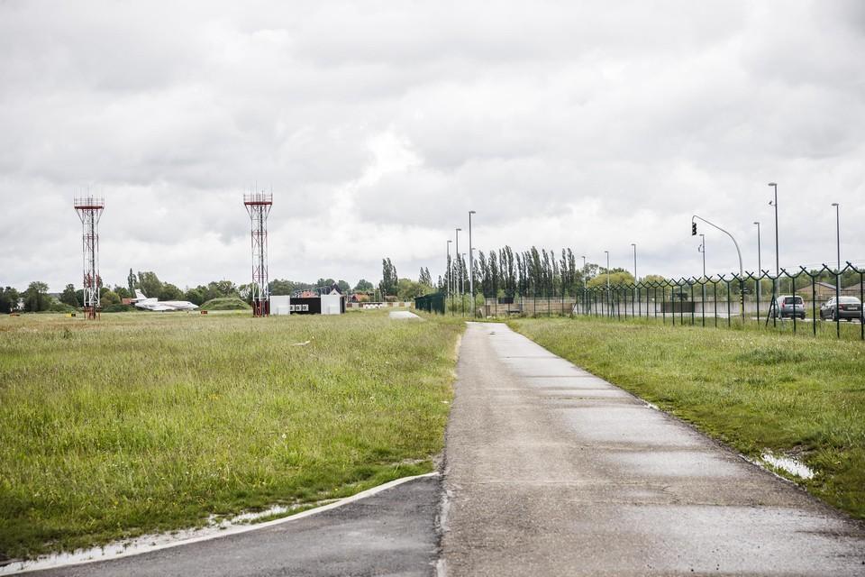 Een paar 100 meter van deze perimeterweg is onvergund aangelegd in wat officieel landbouwgebied is.