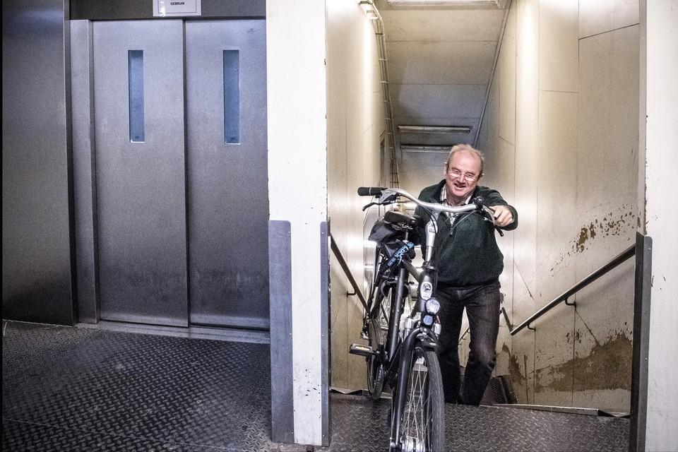 De lift van de fietserstunnel aan de rechteroever is opnieuw buiten werking. De trappen nemen is de enige oplossing, al wordt dat afgeraden. (archiefbeeld)