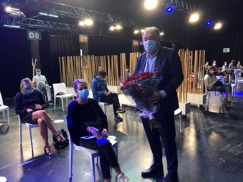 Burgemeester Erik Broeckx feliciteert Sabrina.