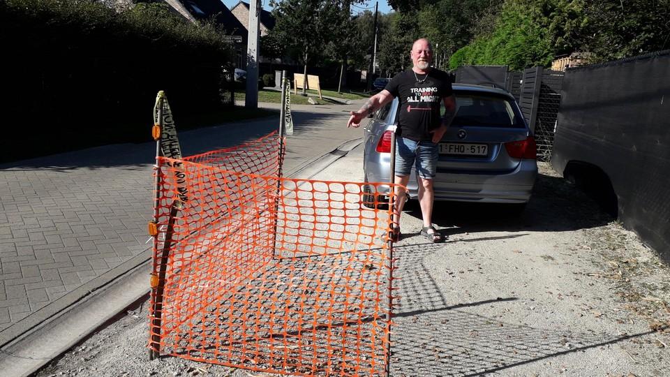 Marcel Lambert plaatste een hek anders kan hij zijn oprit zelf niet meer op of af.