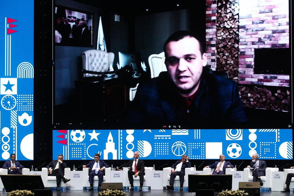 Huidig AIBA-voorzitter Umar Kremlev tekende enkele dagen geleden aanwezig voor een videocall tijdens een plenaire zitting in Rusland.