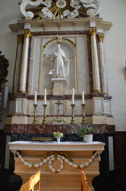 Het gerestaureerd altaar in imitatiemarmer.
