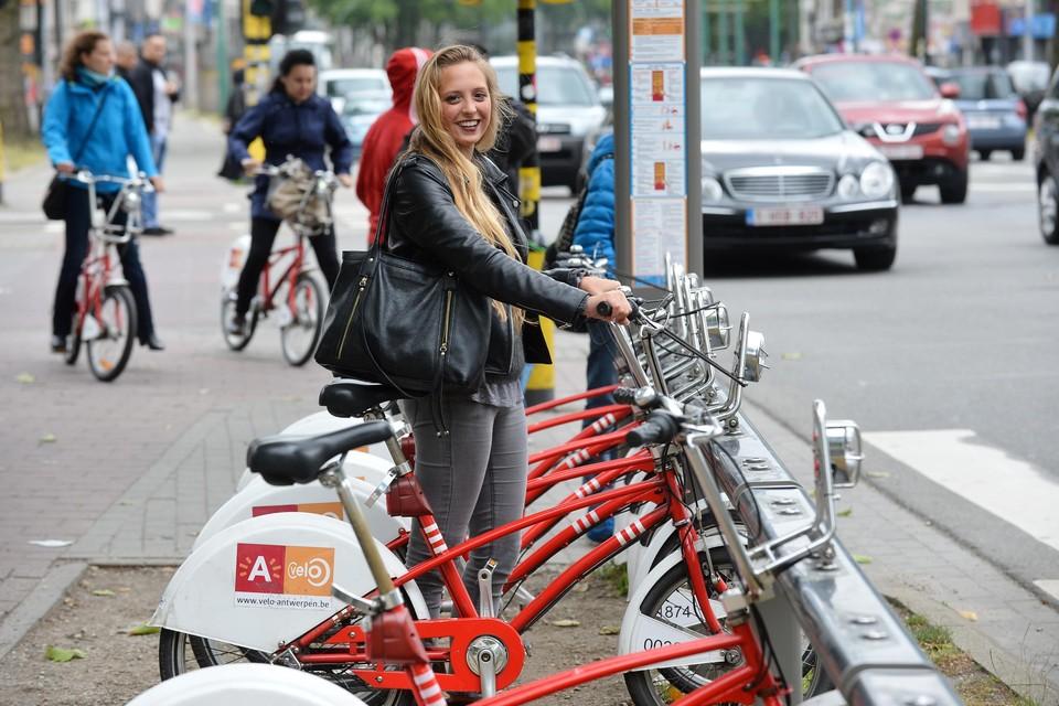 """Studenten die aan campus Drie Eiken studeren, moeten ver wandelen voor een Velo-station. Het bedrijf noemt het Universiteitsplein in Wilrijk """"te ver""""."""