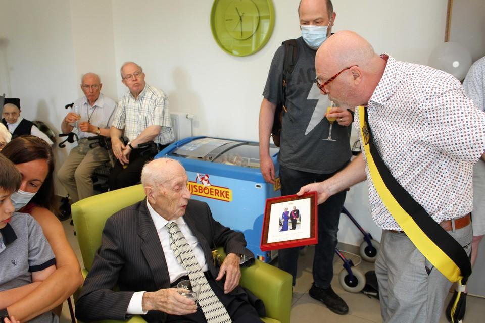 Marcel Van den Broeck krijgt van schepen Willy Beullens een foto van het koningspaar.