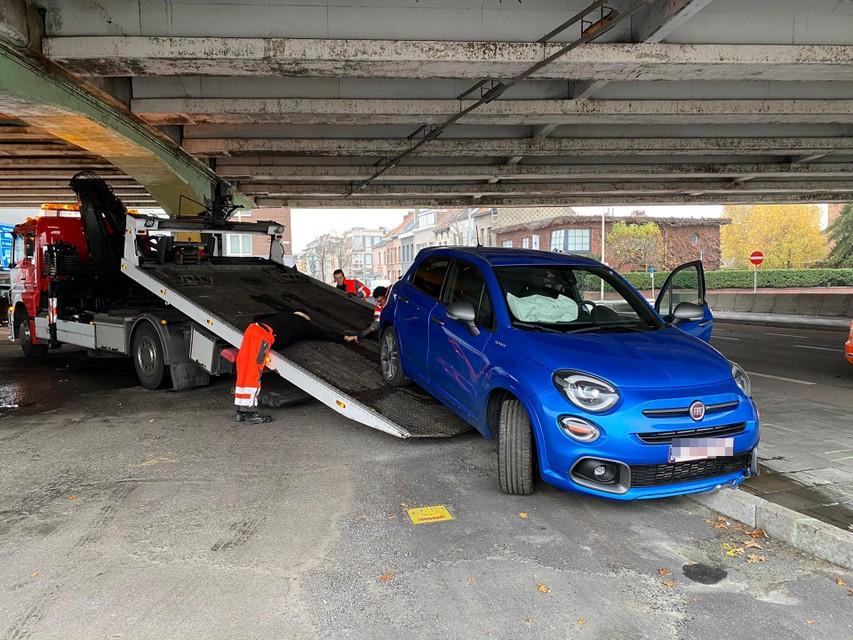 De wagen was perte totale na de crash en moest getakeld worden.