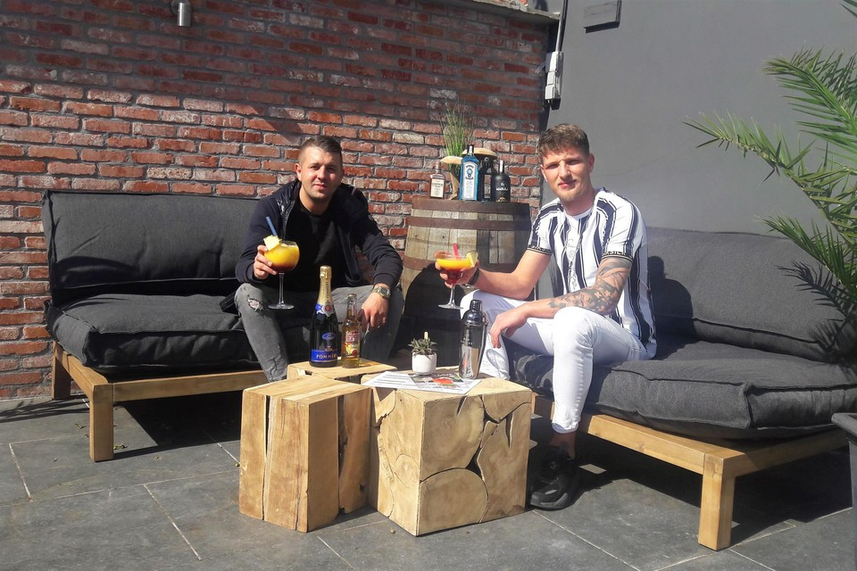 Junior Scheurweghs en Chass Van Eetveldeop hun terras.