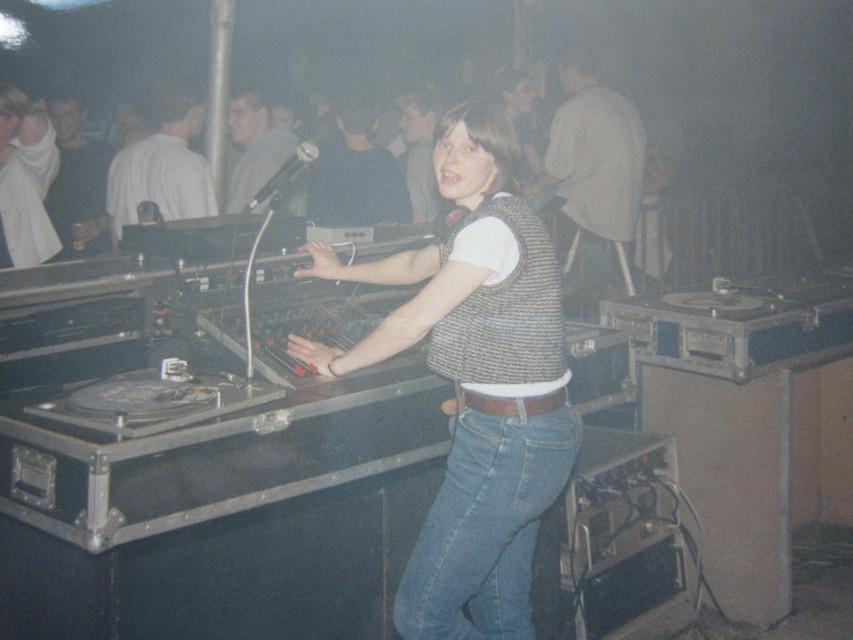 Gerda Vets achter de discobar. Ze draaide samen met haar man, wat wel speciaal was.