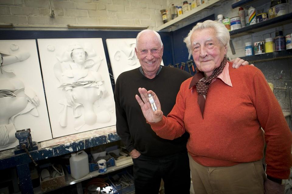 Paul Van Hoeydonck met 'Fallen astronaut' in de hand, ontving Apollo 15-gezagvoerder Al Worden in 2015 in zijn atelier in Wijnegem.