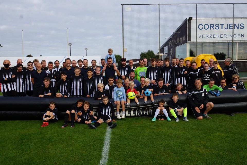 De deelnemers van het voetbaltornooi.