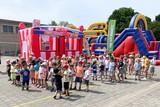 thumbnail: Zo'n driehonderd leerlingen van vrije basisschool Itegem leefden zich dinsdagnamiddag uit tijdens The Big Bounce op de speelplaats.