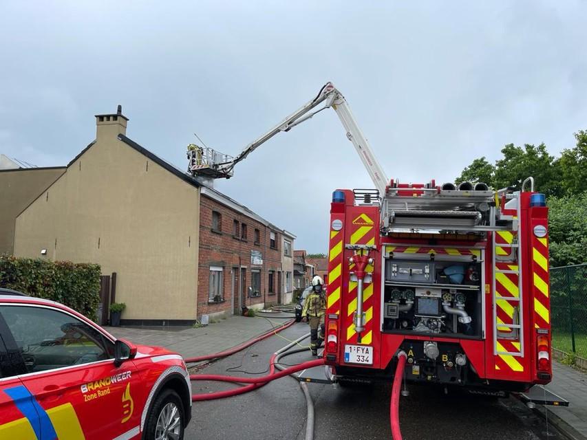 In Ranst ontstond er brand in Streepstraat, nadat de bliksem was ingeslagen om het dak van een huizenrij.